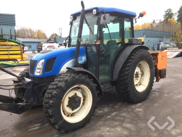 New Holland TN75DA Tractor with v-plow & sand spreader - 05