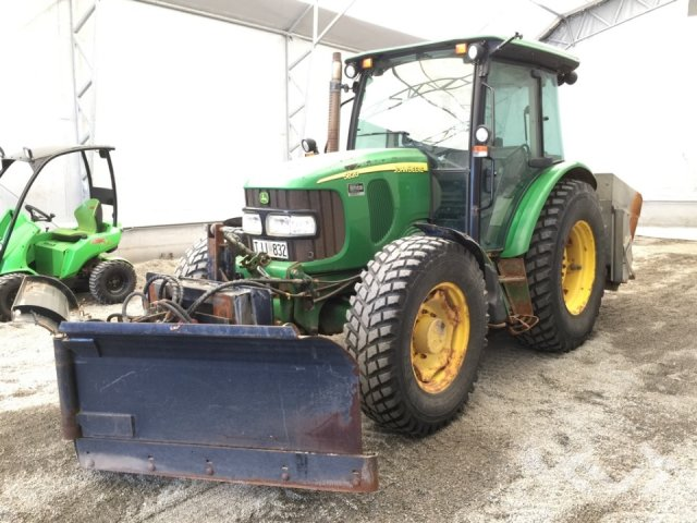 John Deere 5820 Traktor med vikplog och spridare - 06