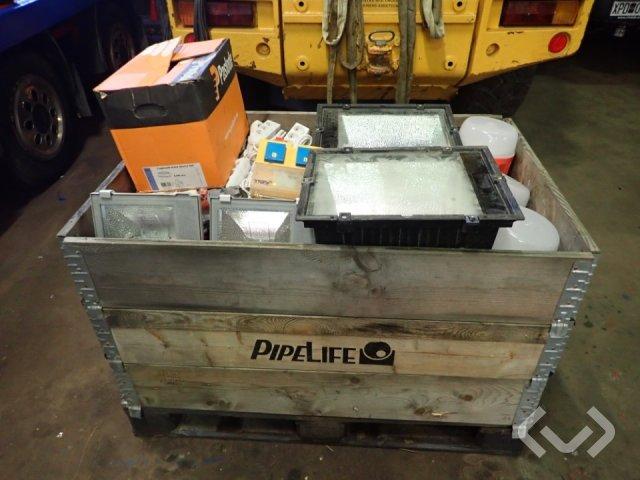En pall el komponenter 32a 16a 220v samt 1 låda spånskivetillverkning skruv