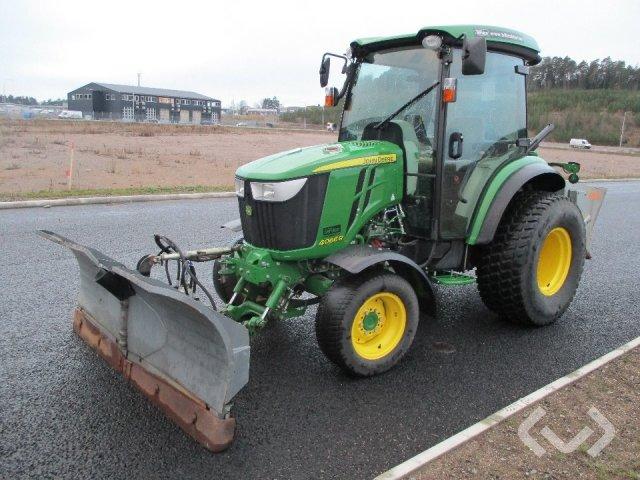 John Deere 4066R Traktor med Fjärås vikplog och spridare - 17